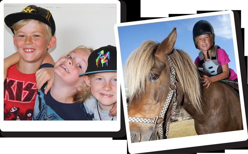 Bilder på glada barn som firar sin födelsedag hos oss med ponnyridning.